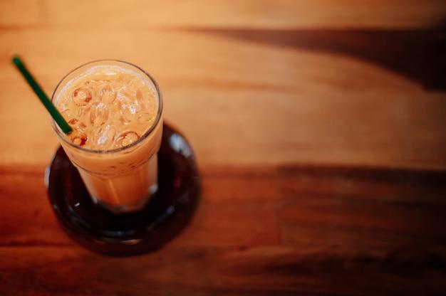 Chá gelado tailandês na cafeteria