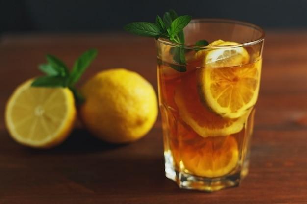 Chá gelado tradicional com limão e gelo em copos altos, bebida de verão