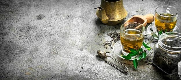 Chá indiano fresco com cerveja. sobre um fundo rústico.