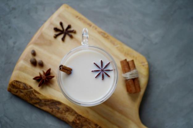 Chá indiano masala chai com anis estrelado e paus de canela
