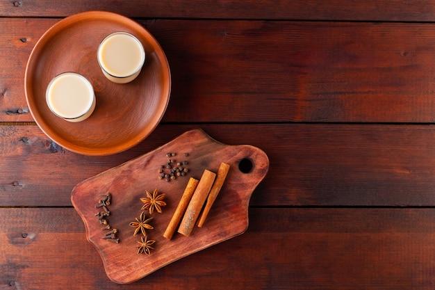Chá indiano masala chai em tábuas de madeira