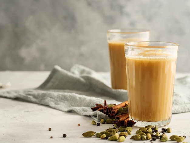 Chá indiano tradicional bebida masala sobre um fundo claro com especiarias. copie o espaço.