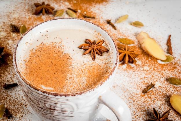 Chá indiano tradicional do masala chai com especiarias canela, cardamomo, anis, branco. copyspace