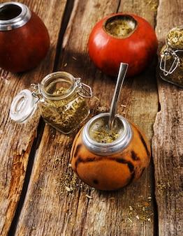 Chá infusível na madeira