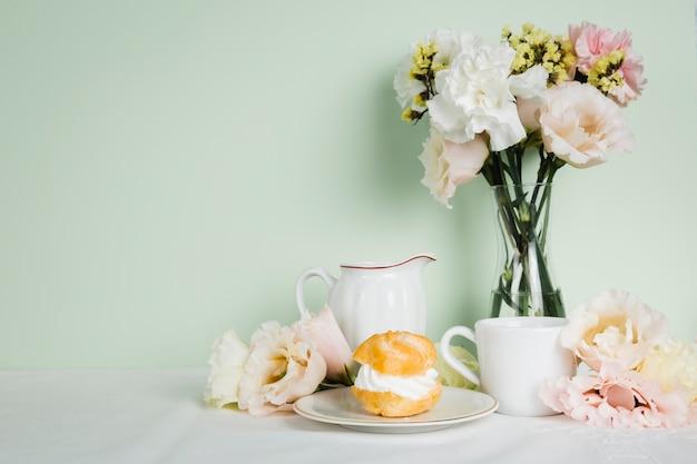 Chá inglês ao lado de pastelaria