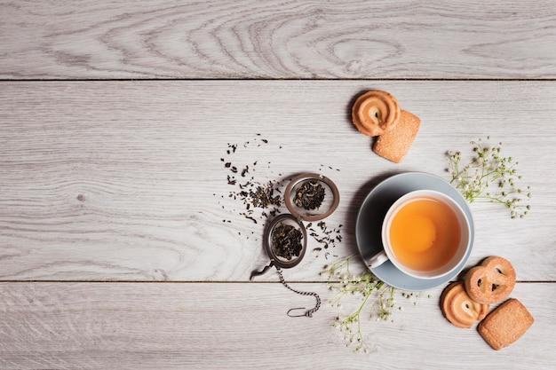 Chá inglês em fundo de madeira