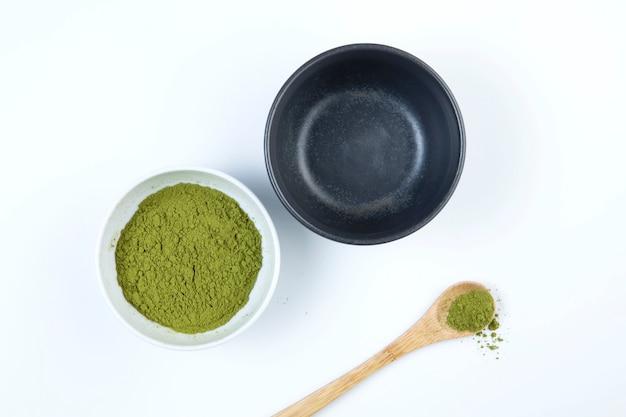 Chá japonês matcha. duas tigelas de chá e colher de bambu com pó.