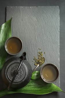Chá japonês verde na ardósia preta