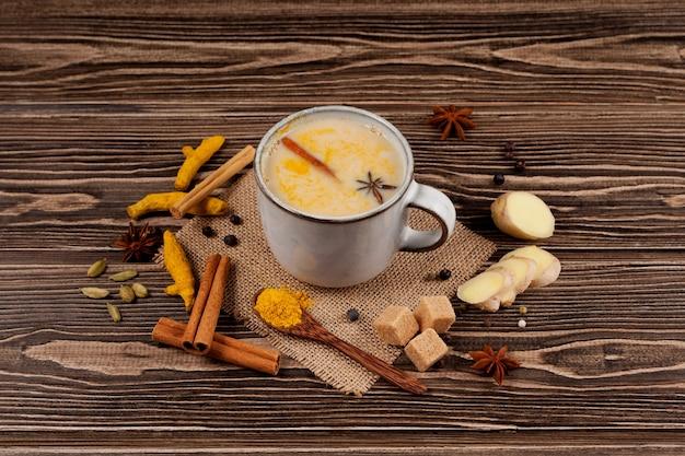 Chá karak ou masala chai na mesa de madeira