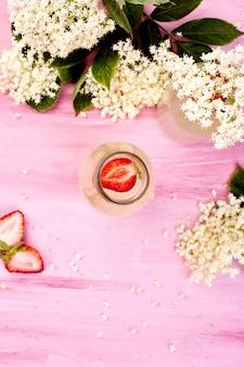 Chá kombucha com flor de sabugueiro e morango