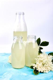 Chá kombucha com flor de sabugueiro
