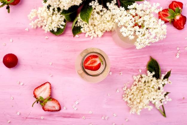 Chá kombucha com flores de sabugueiro e morangos