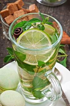 Chá marroquino com hortelã, limão e canela