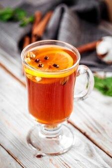 Chá marroquino do cravo-da-índia e do limão do chá caneca de vidro