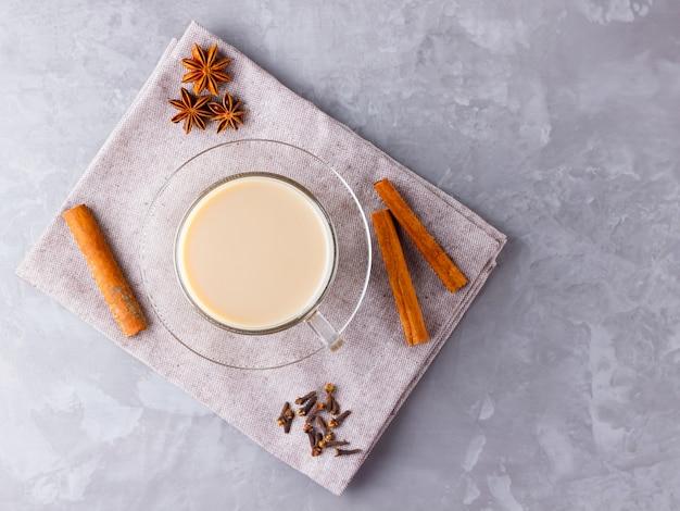 Chá masala chai com especiarias em guardanapo de linho