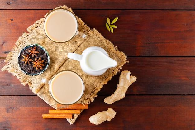 Chá masala chai com especiarias na serapilheira