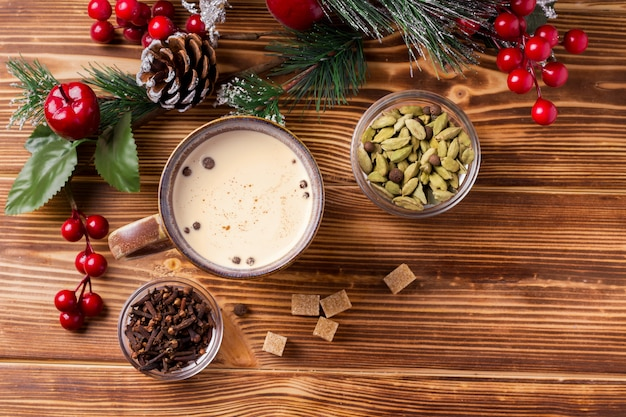 Chá masala em uma mesa de madeira em um cenário de ano novo