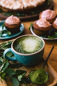 Chá matcha com menta e doces, cupcakes e bolo