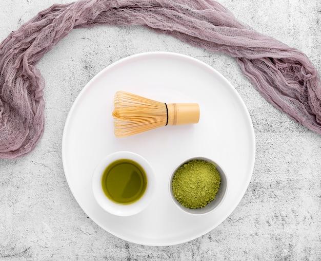 Chá matcha de vista superior com batedor de bambu
