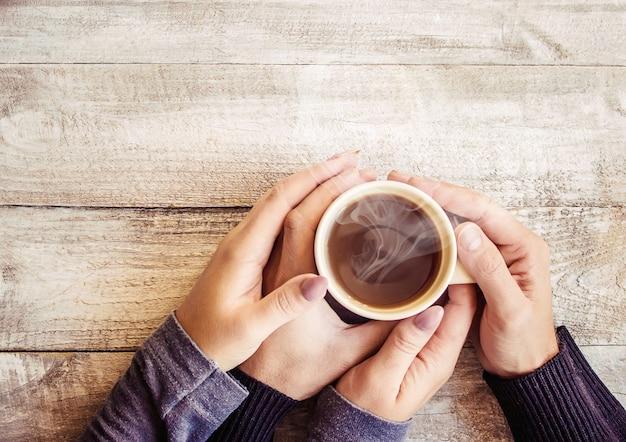 Chá na mão. os amantes estão juntos. foco seletivo.
