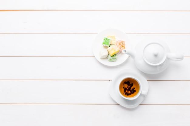 Chá na mesa de madeira