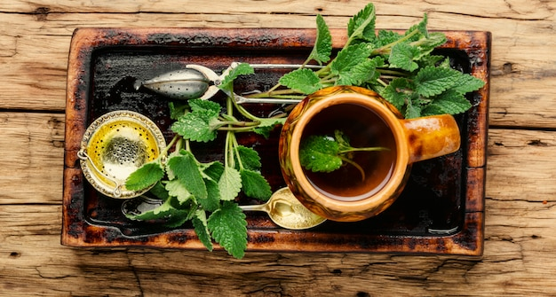 Chá natural com melissa