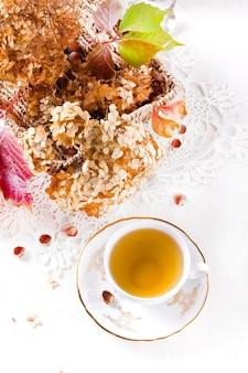 Chá no estilo rústico vintage chic. festa do chá no jardim. bule de flores secas. xícara de chá com decoração de outono na mesa, com hortênsia e abóbora