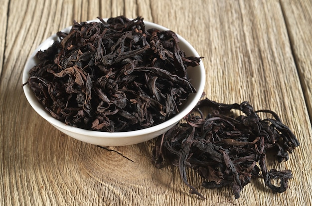 Chá oolong chinês dahongpao em fundo de madeira