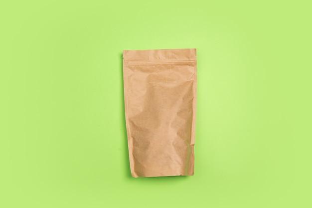 Chá, pacote de café. vida ecológica - materiais recicláveis feitos de orgânicos substituem polímeros e análogos de plásticos. estilo caseiro, produtos naturais para reciclagem e não prejudiciais ao meio ambiente e à saúde.