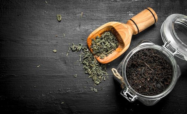 Chá perfumado em frasco de vidro. no quadro negro.
