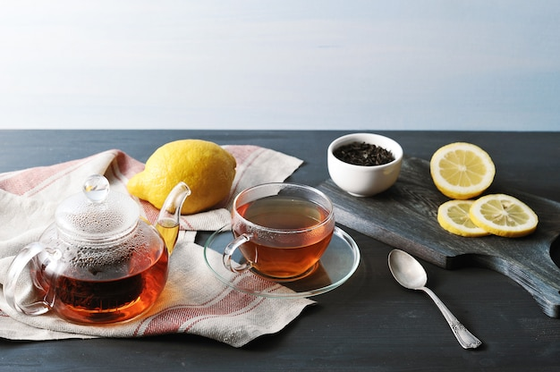 Chá preto bayh com limão em bule de vidro