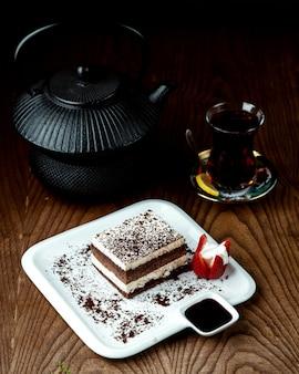 Chá preto com bolo de chocolate na mesa