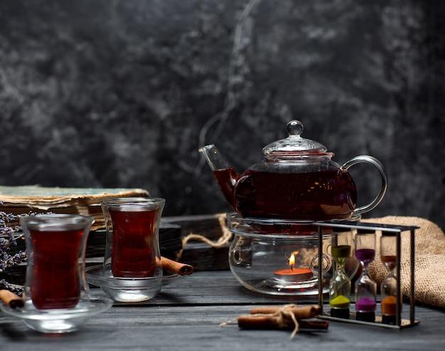 Chá preto com canela em cima da mesa