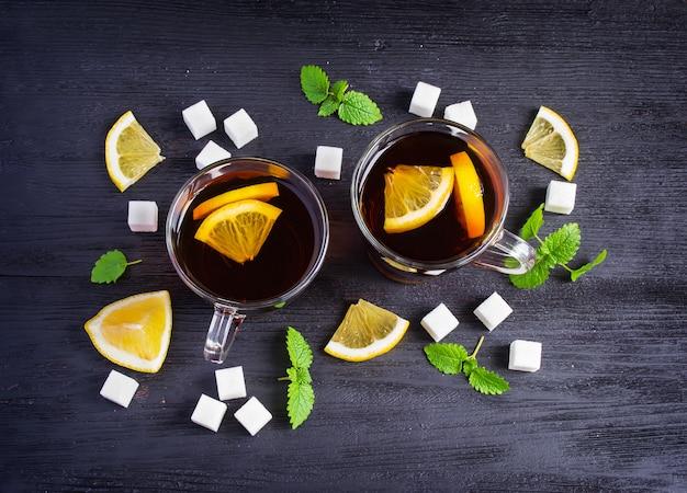 Chá preto com limão e açúcar