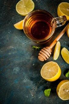 Chá preto com limão e hortelã na pedra de concreto azul escuro, copyspace vista superior