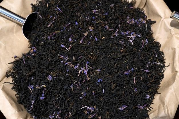Chá preto com pétalas de flores.