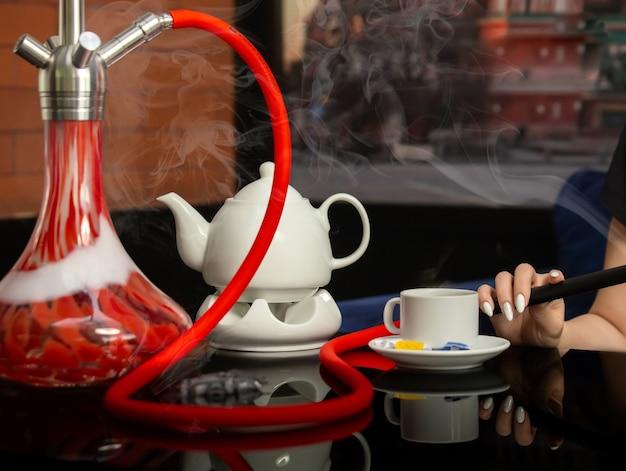 Chá preto com shisha em cima da mesa