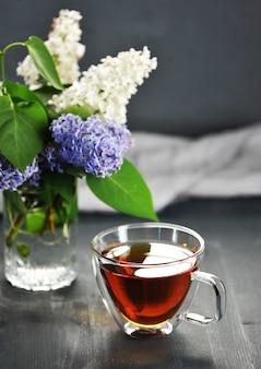 Chá preto da manhã em uma caneca transparente