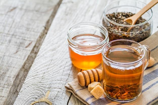 Chá preto, em, copo vidro, closeup