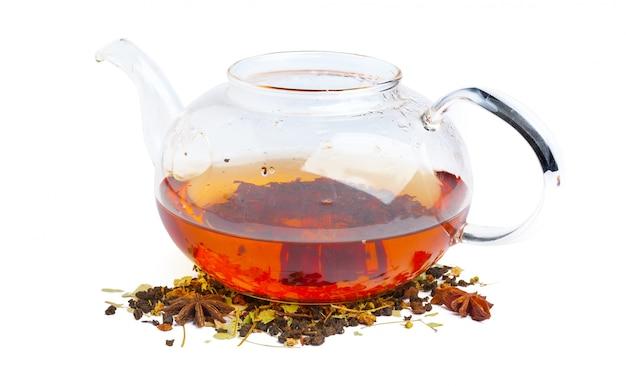 Chá preto em um copo de vidro. hortelã e folhas de chá. em branco, isolado
