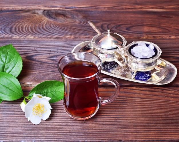 Chá preto em um copo de vidro turco