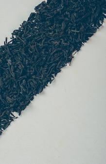 Chá preto em uma forma de linha vista superior