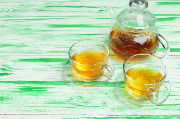 Chá preto em verde de madeira