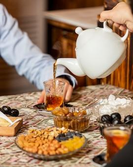 Chá preto em vidro armudu em cima da mesa