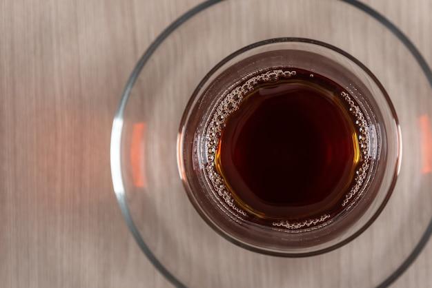 Chá preto em vidro, vista de cima