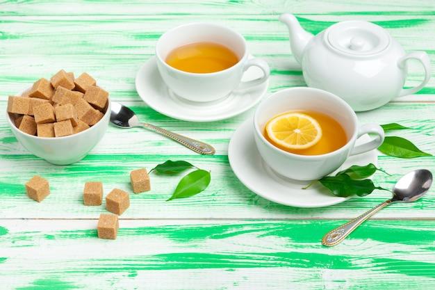 Chá preto sobre fundo verde de madeira