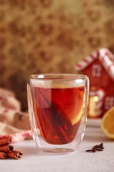 Chá quente com canela à noite na véspera de natal