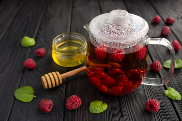Chá quente com framboesa, mel e hortelã Foto Premium