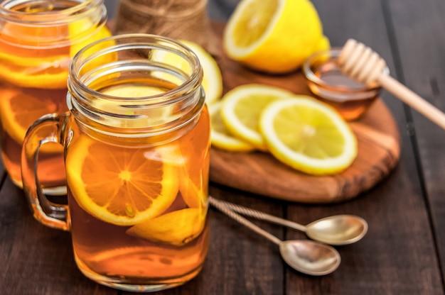 Chá quente com limão e mel natural, bom tratamento para ter vitaminas e forte imunidade.