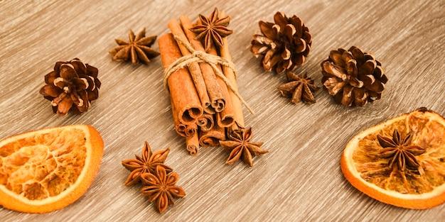 Chá quente com pau de canela, anis estrelado, fundo de fatias secas de laranja,